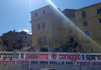 """Rogliano, lo striscione degli Ultras: """"orgoglio e passione, coraggio e speranza. La gente come noi non molla mai"""""""
